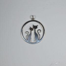 Ciondolo gatto innamorato nel cerchio grande