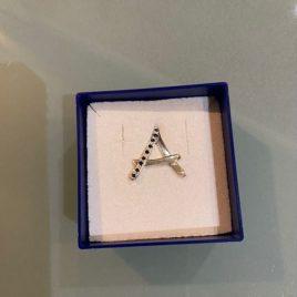 Spilla lettera A con Zaffiri naturali incassati a mano